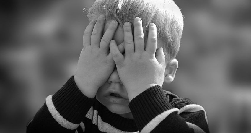 Kind mit Händen vor den Augen